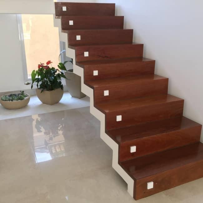Escada plissada com revestimento de madeira
