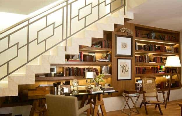 Escada plissada na sala de estar