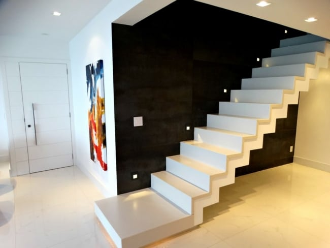 Escada reta revestida com porcelanato