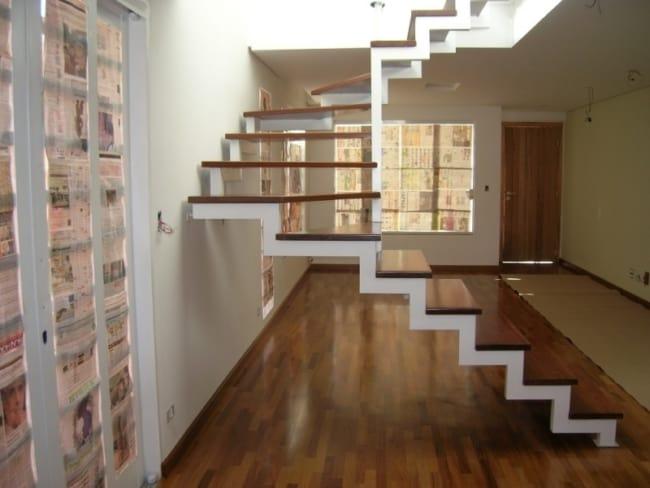 Escada revestida com madeira no estilo cascata