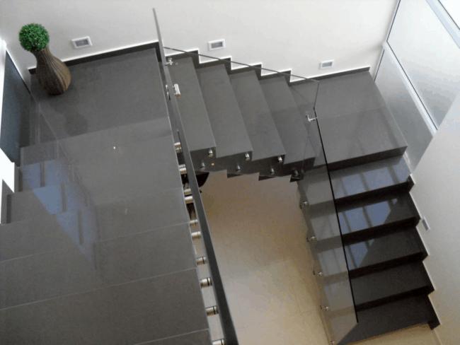 Escada revestida com porcelanato no modelo U