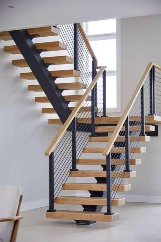 Escada vazada em formato de U