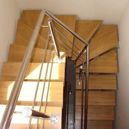 Escada vista do piso superior