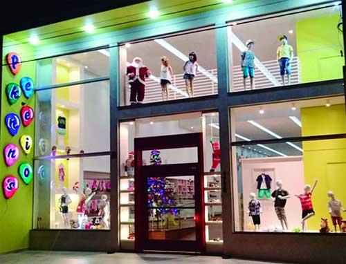 Fachada colorida para loja de roupas infantis