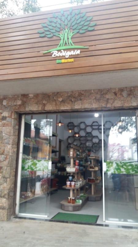 Fachada de loja natural em madeira