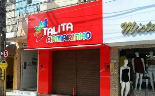 Loja com fachada vermelha e letra coloridas