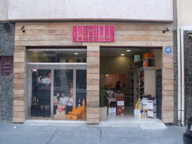 Loja de bebidas com fachada de madeira