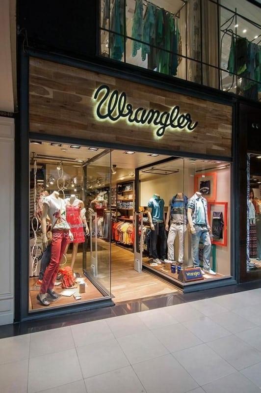 Loja de roupa com fachada de madeira