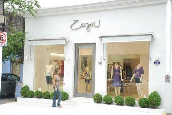 Loja de roupa com fachada simples e clean