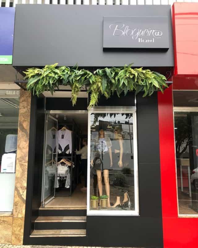 Loja de roupa com fachada simples e pequena