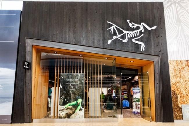 Loja de roupa masculina com fachada moderna