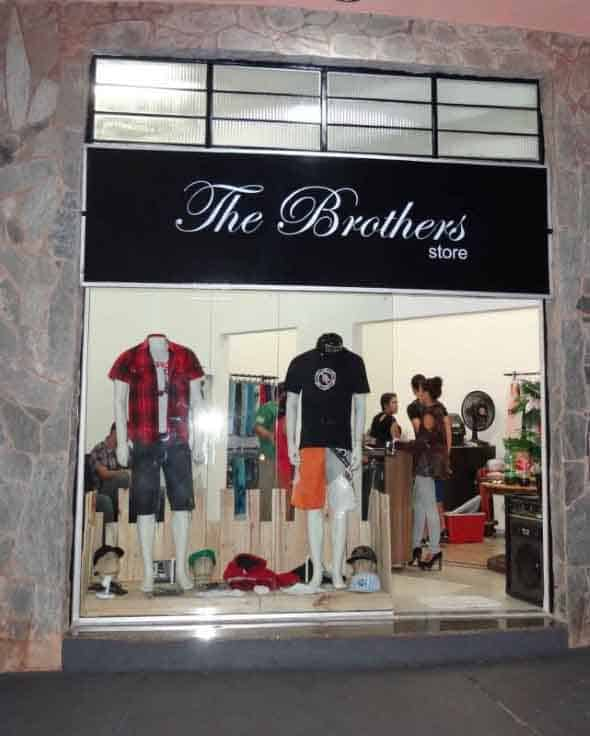 Loja de roupa masculina com fachada pequena