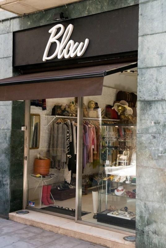 Loja de roupas com fachada pequena