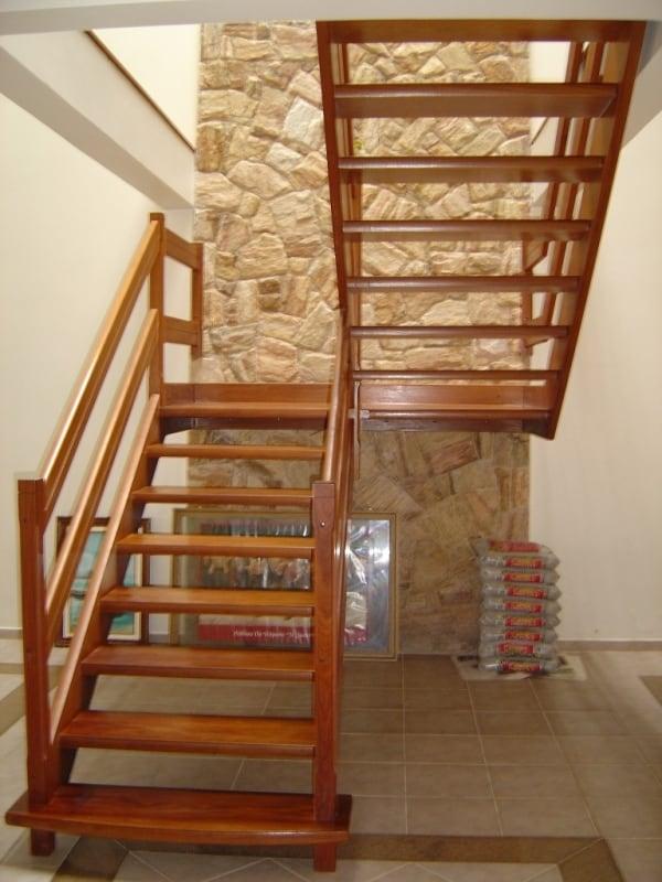 Modelo de escada de madeira em U