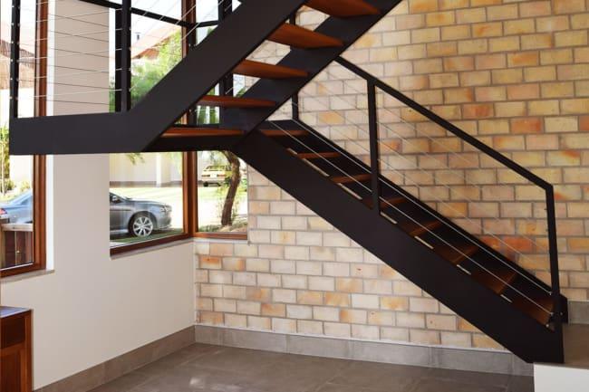 Modelo de escada em U estilo industrial