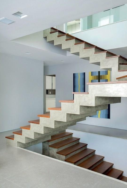 Modelo de escada plissada revestida com madeira