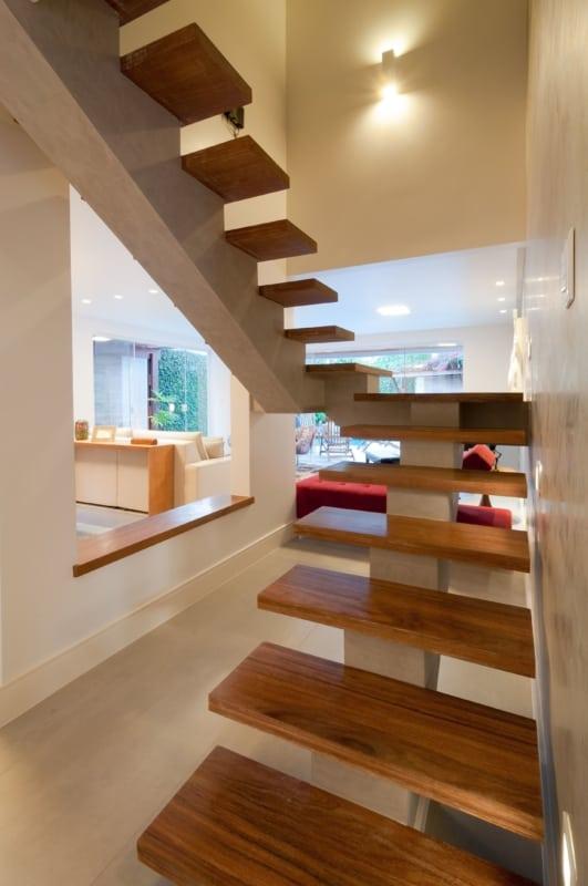 Modelo de escada simples de cimento com placas de madeira