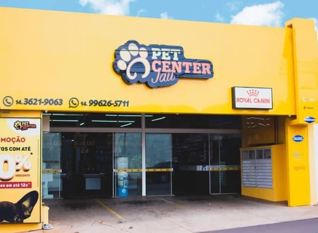 Pet shop com fachada amarela e logo da loja