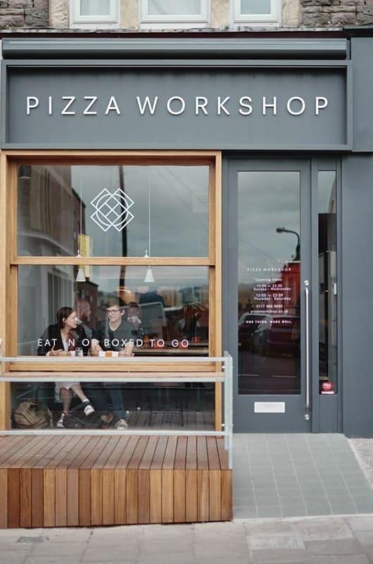 Pizzaria com fachada simples e pequena