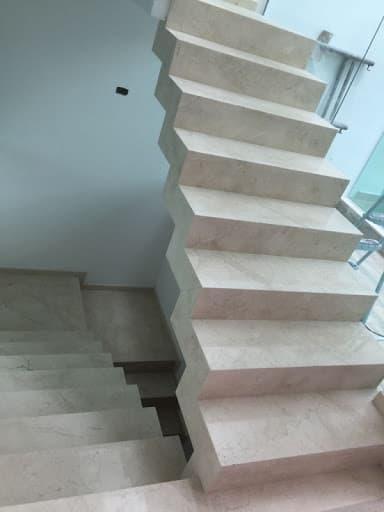 Porcelanato revestindo escada plissada