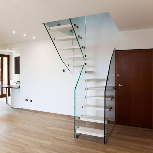 Projeto moderno para modelo de escada com vidros em U