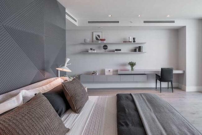 Quarto minimalista com parede branco gelo