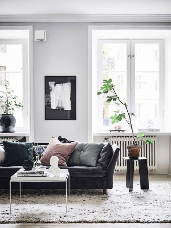 Sala com belissima decoracao e parede branco gelo