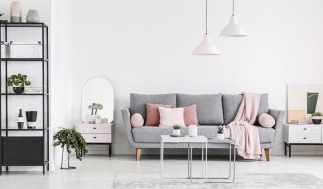 Sala com decoracao em tons de cinza rosa e branco gelo