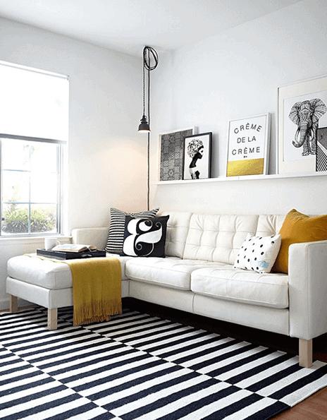 Sala com estilo clean e paredes em branco gelo