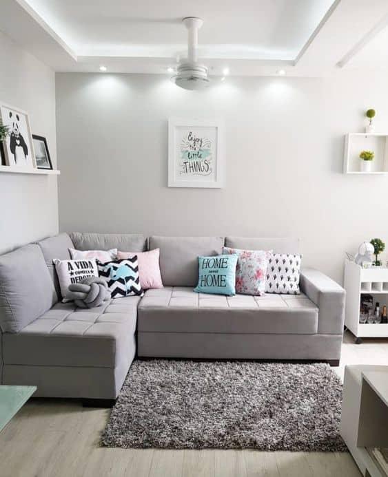 Sala com estilo moderno e parede branco gelo