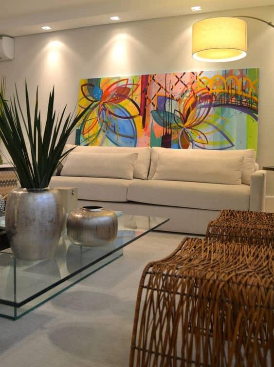 Sala com parede branco gelo e visual moderno