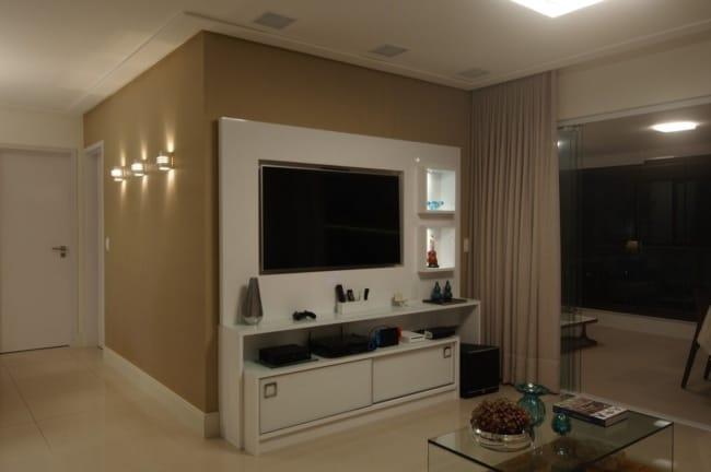 Sala com parede camurca e objetos ornando com o tom
