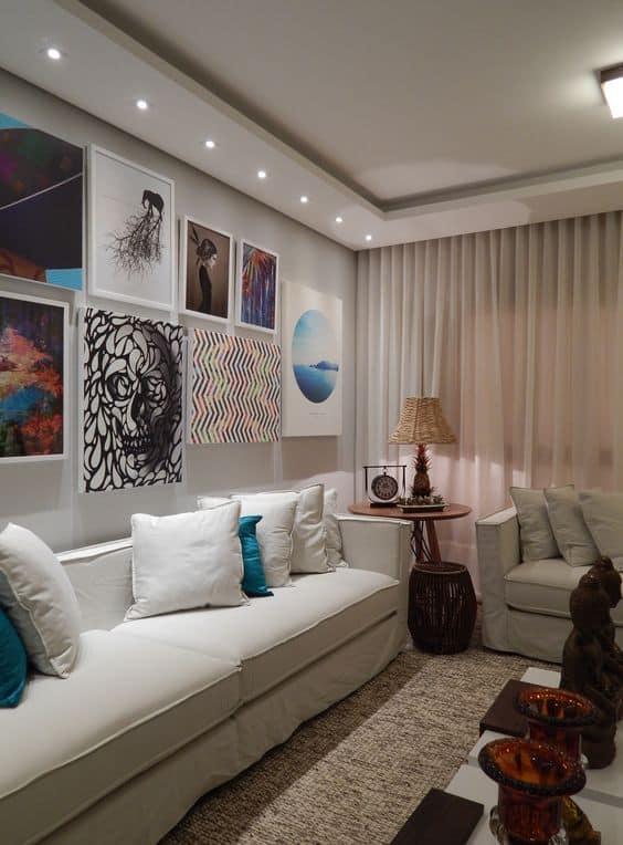 Sala com visual clean e moderno com parede branco gelo