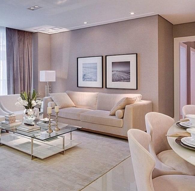 Sala de estar com tons camurca e branco