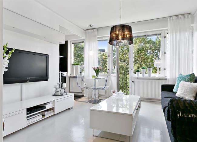 Sala decorada com paredes brancas e objetos brancos e pretos