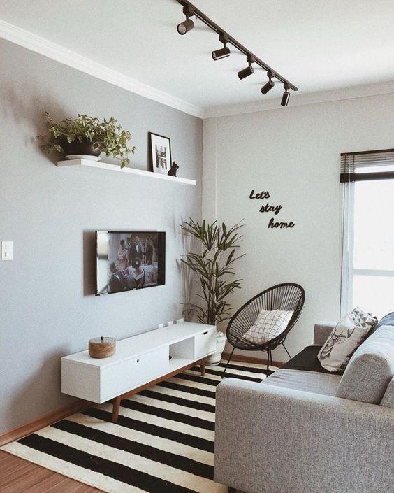 Sala pequena com parede branco gelo e estilo minimalista