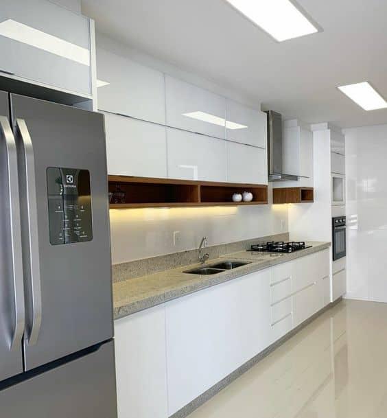 Teto da cozinha branco gelo combinando com moveis brancos e geladeira de inox