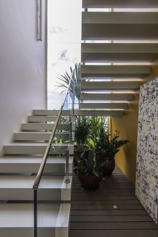 Voce pode aproveitar o espaco deixado pela escada em U para montar um jardim de inverno