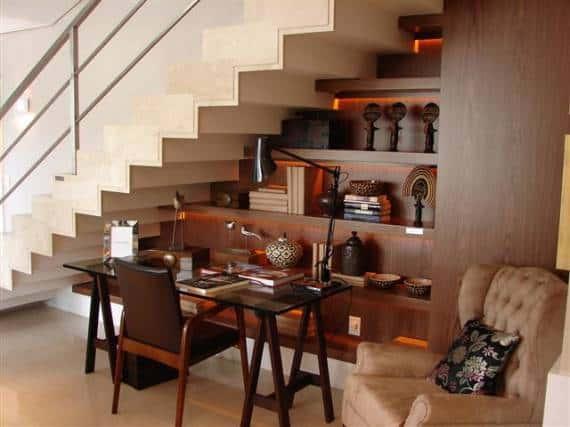 Voce pode usar o espaco localizado abaixo da escada