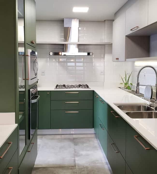 cozinha com armarios verdes