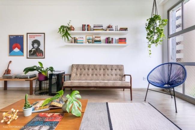 cadeira acapulco azul na decoracao da sala