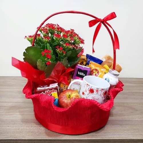cesta de cafe da manha pequena e decorada em vermelho