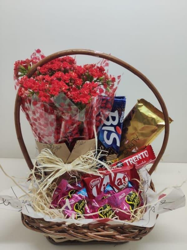 cesta de chocolate pequena com vaso de flor