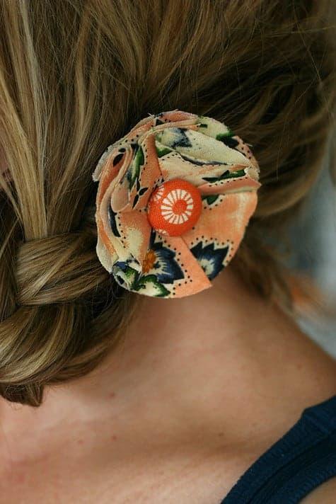 penteado com flor de tecido simples