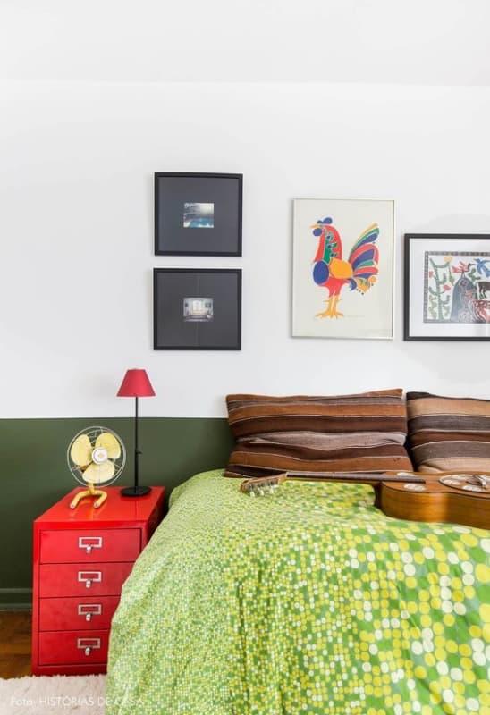 quarto com decoracao em verde e vermelho