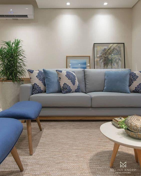 sala com sofa cinza claro e almofadas decorativas