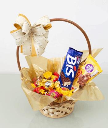 cesta pequena com barra de chocolate bombons