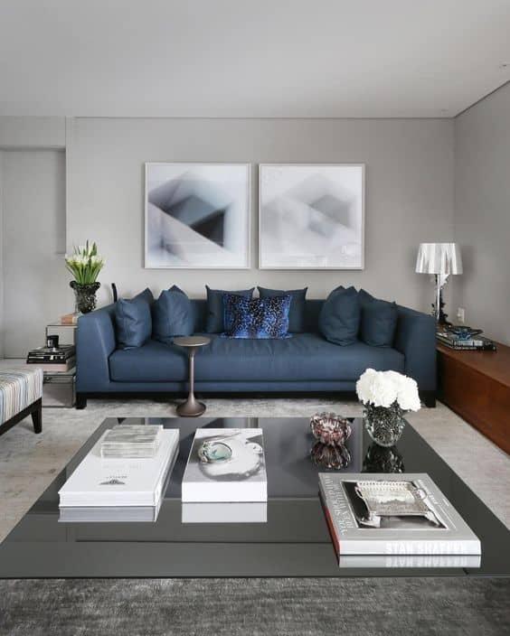 sala cinza claro com sofa azul