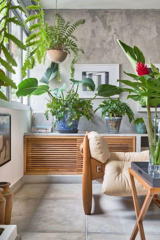sala decorada com vasos de plantas pendentes