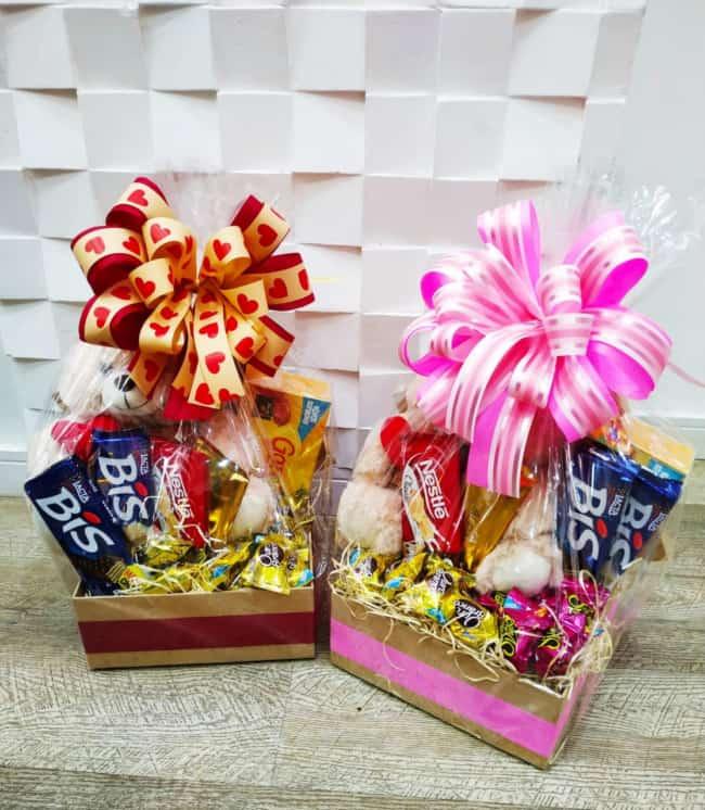 modelos de cestas pequenas com chocolates e urso